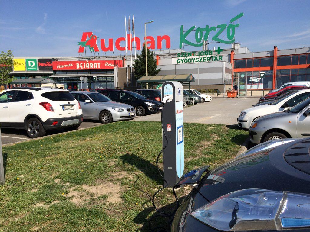 Elektromos autó töltő az Auchan budaörsi áruházának parkolójában