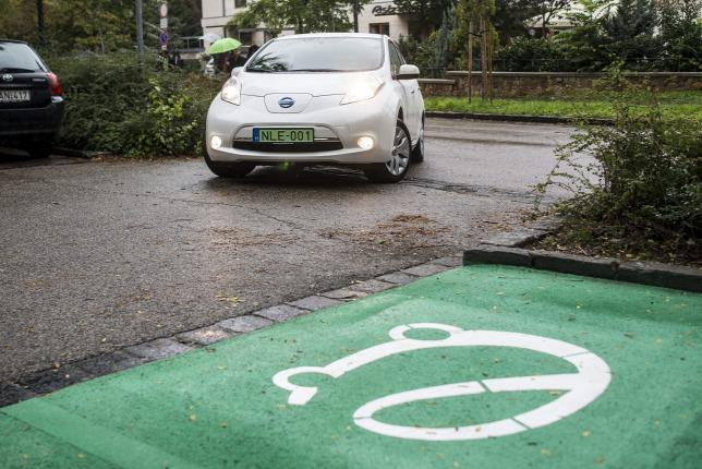 Zöld rendszámmal nem csak töltőknél ingyenes a parkolás (fotó: Origo.hu)