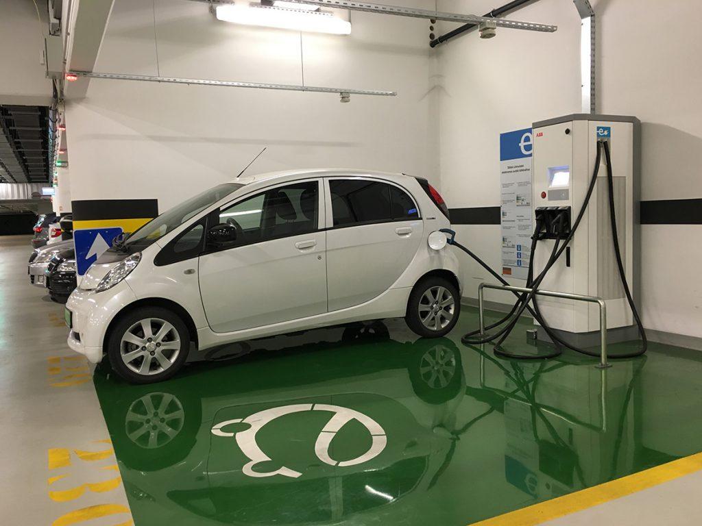 Elektromos autó töltő a Várkert Bazár mélygarázsában