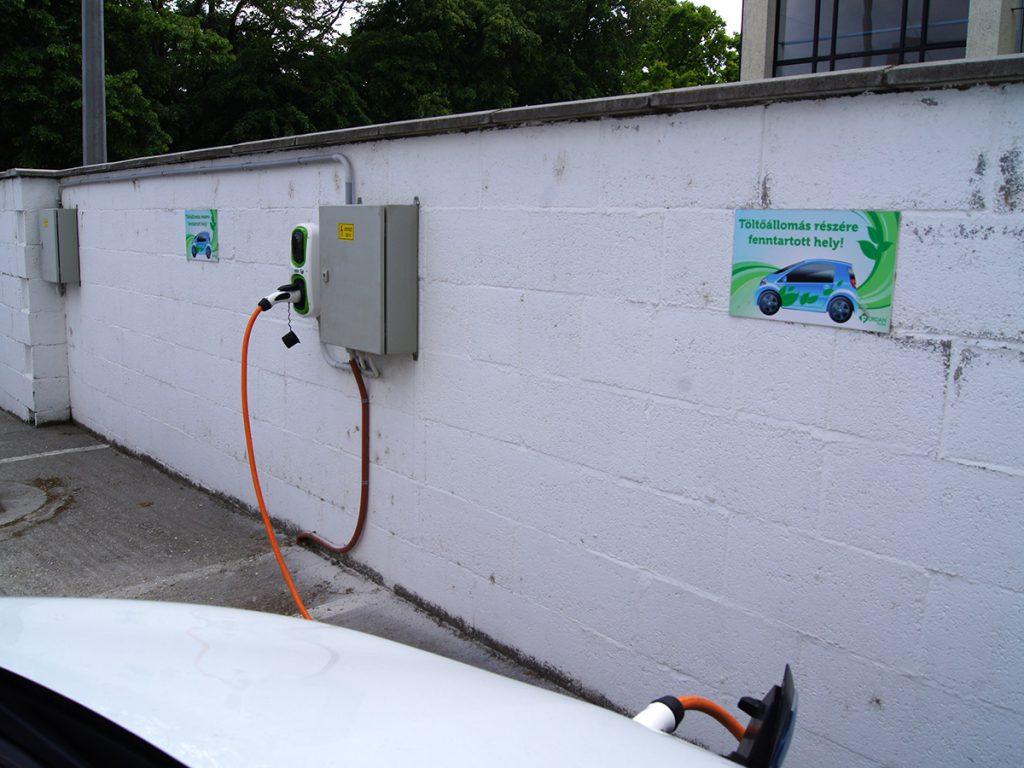 Elektromos autó töltő a Fordan Hotel parkolójában