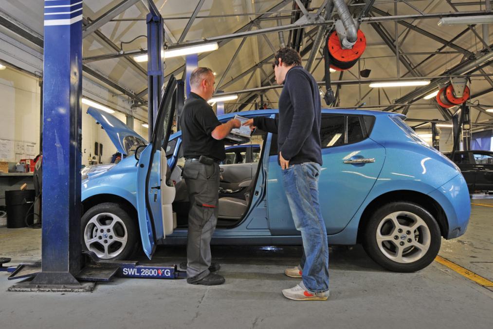 Nissan LEAF szerviz (fotó: autoexpress.co.uk)