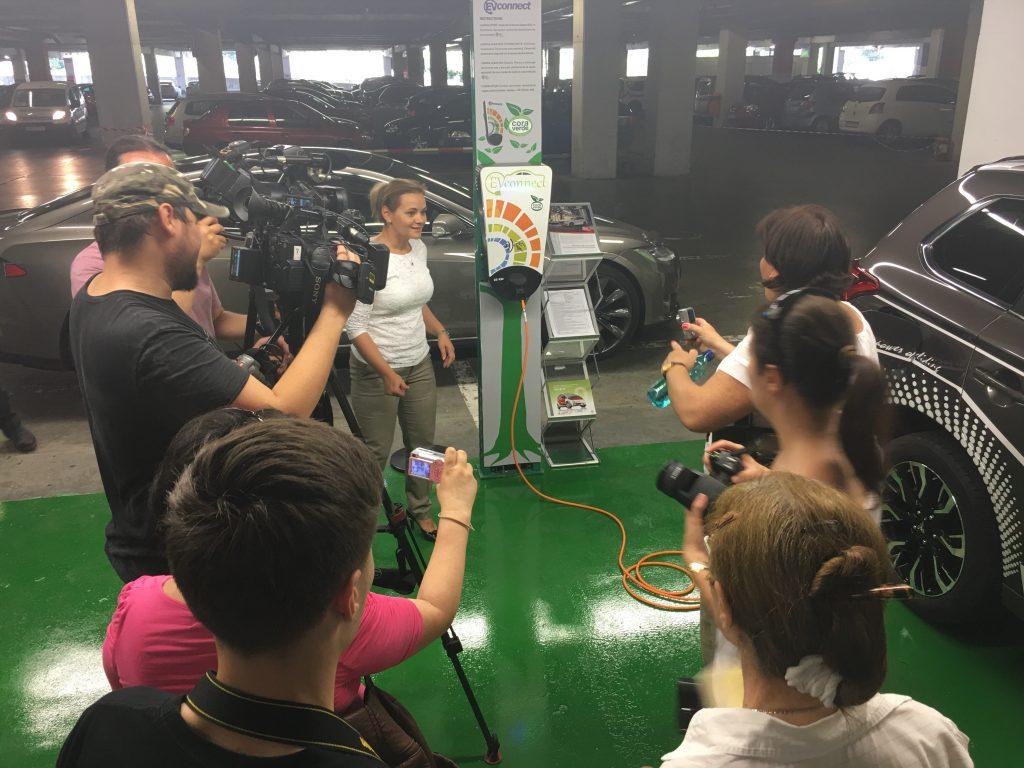 Elektromos autó töltő a Cora egyik parkolójában Bukarestben