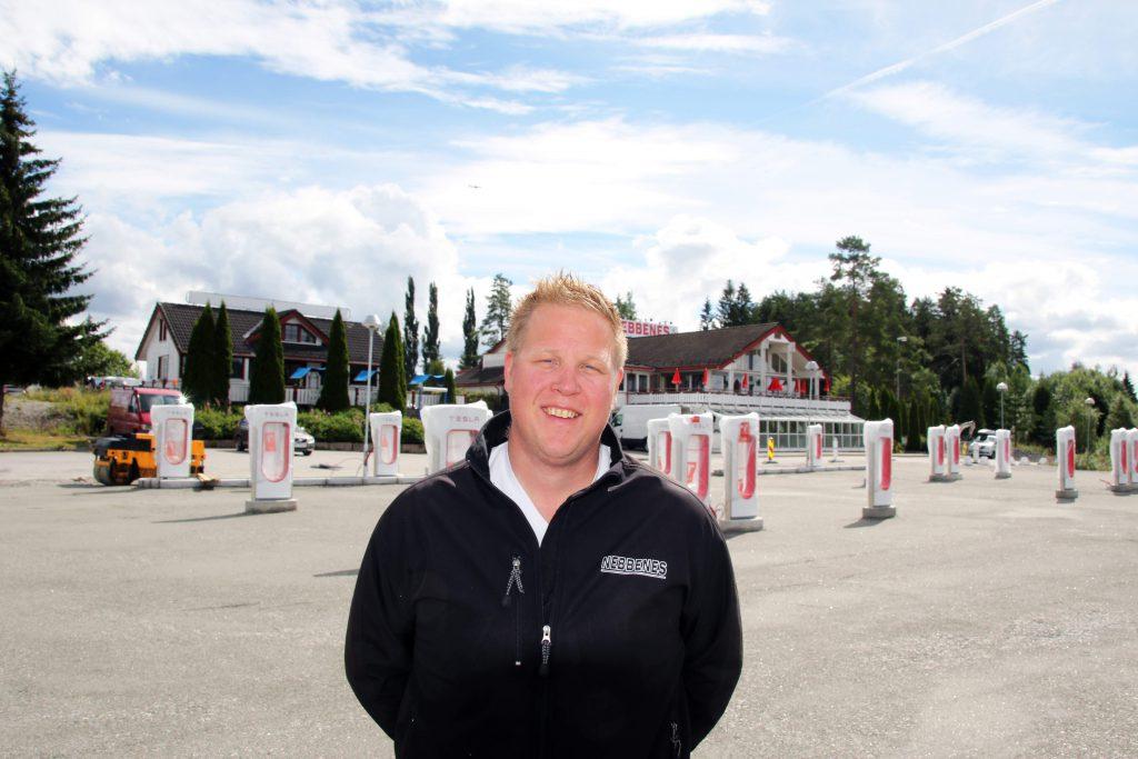 Morten Østnor és mögötte a világ legnagyobb villanyautó töltőállomása (Fotó: eub.no)