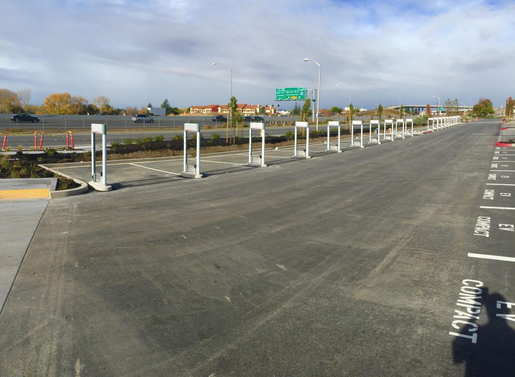 Készülő 20 állásos Supercharger a kaliforniai Fremontban (Fotó: InsideEVs.com)
