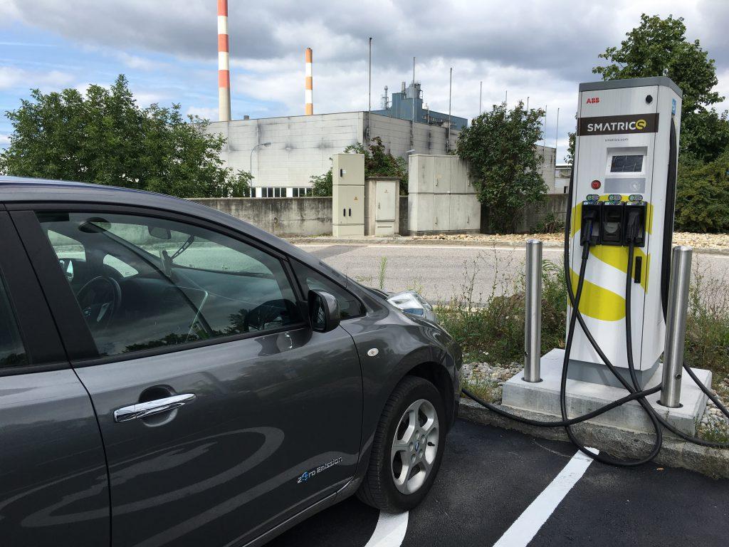 Smatrics töltő Bécs külvárosában egy autópálya kivezető szakasz melletti benzinkúton.