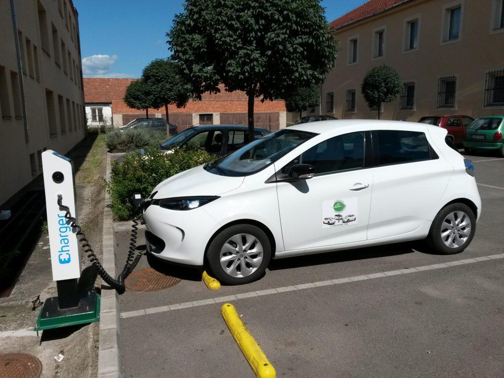 Elektromos autó töltő Pásztón (fotó: Kerpely Ádám)