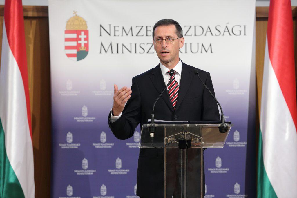 Varga Mihály bejelenti az önkormányzatok számára kiírt elektromos autó töltő telepítési pályázatot
