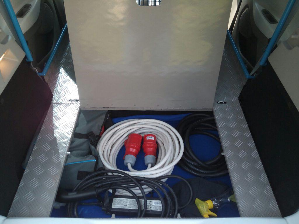 Renault Zoe elektromos kisteherautó: tárolórekesz a padló alatt a kábeleknek