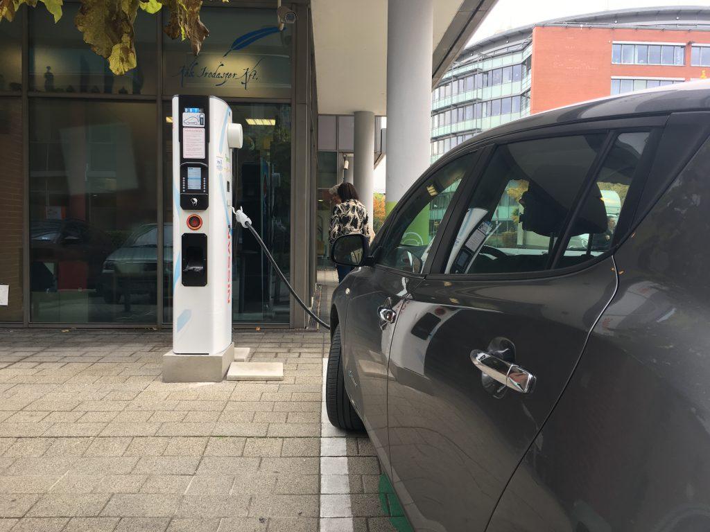 Frissen avatott villanyautó töltő az Infoparkban - sajnos nem nyilvános