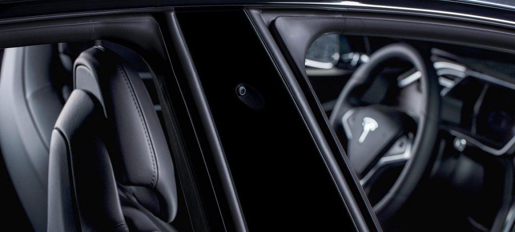 Tesla kamera a B oszlopban (forrás: Tesla)