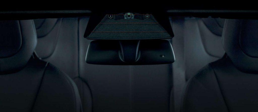 Három kamera a szélvédő mögött (forrás: Tesla)