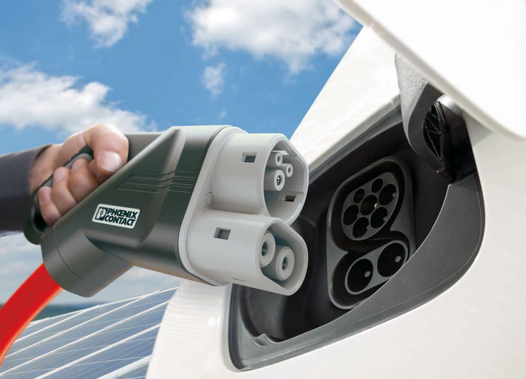 Renault jövő: 100 kW egyenáram (DC) az alsó két érintkezőn, míg 43 kW váltóáram (AC) a felső Type2 csatlakozón.