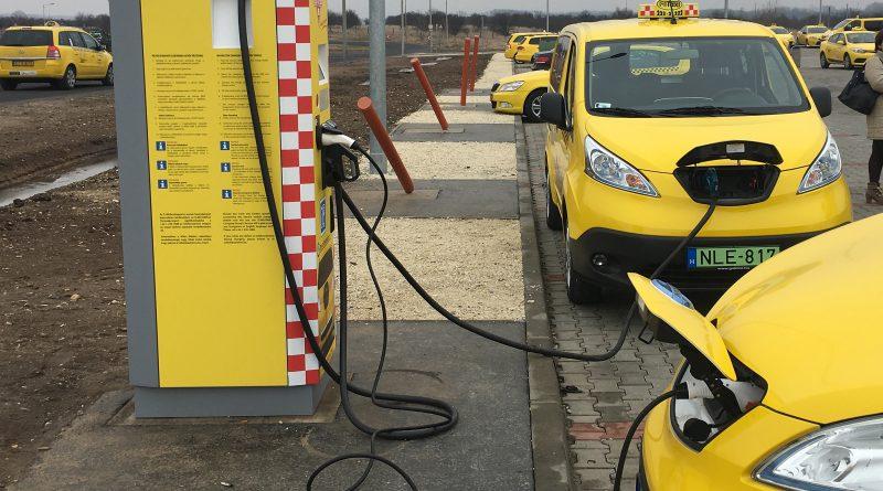 Töltőállomás elektromos taxiknak a Liszt Ferenc Repülőtéren