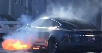 A Tesla szoftverfrissítéssel reagál az öngyulladó autókra