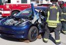 Így darabolják a tűzoltók a Model 3-at