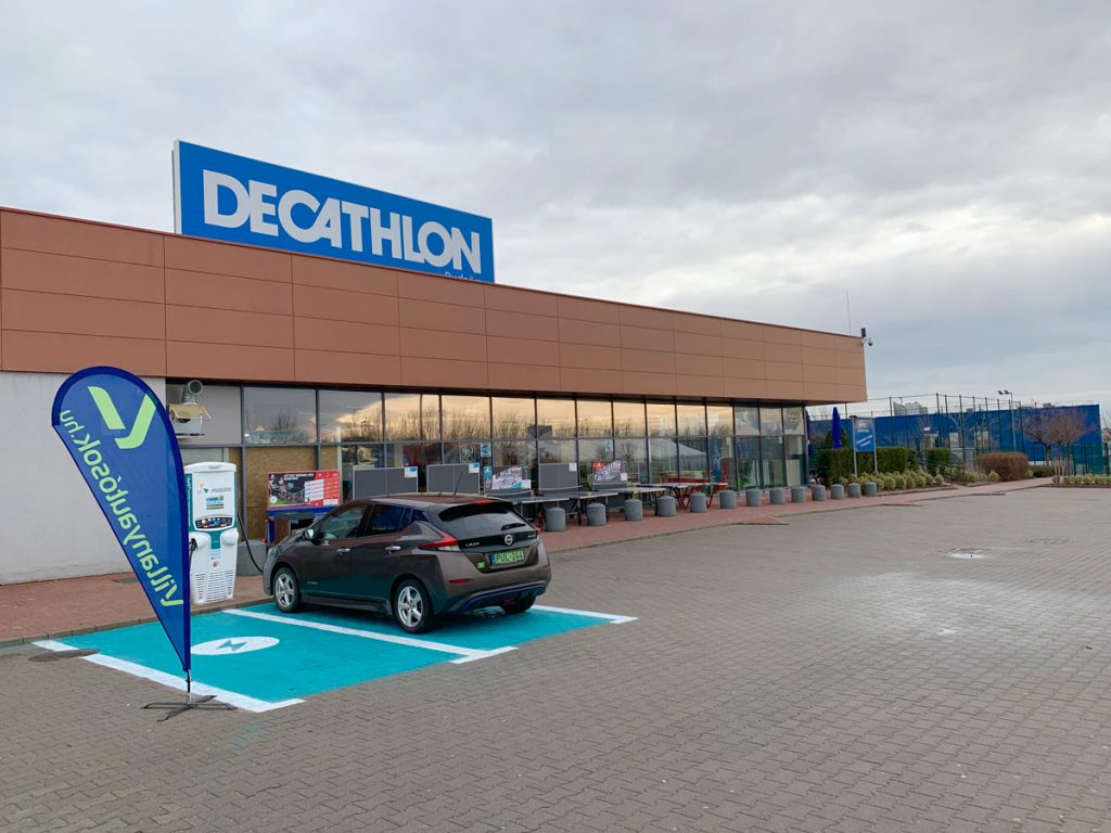 A Mobiliti villámtöltője a Decathlon budaörsi áruházánál 2019. januárjában.