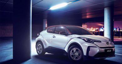 Itt egy csinos villany-Toyota, de nem nekünk