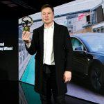 Elon Musk és az Arany Kormánykerék. Forrás: Bild