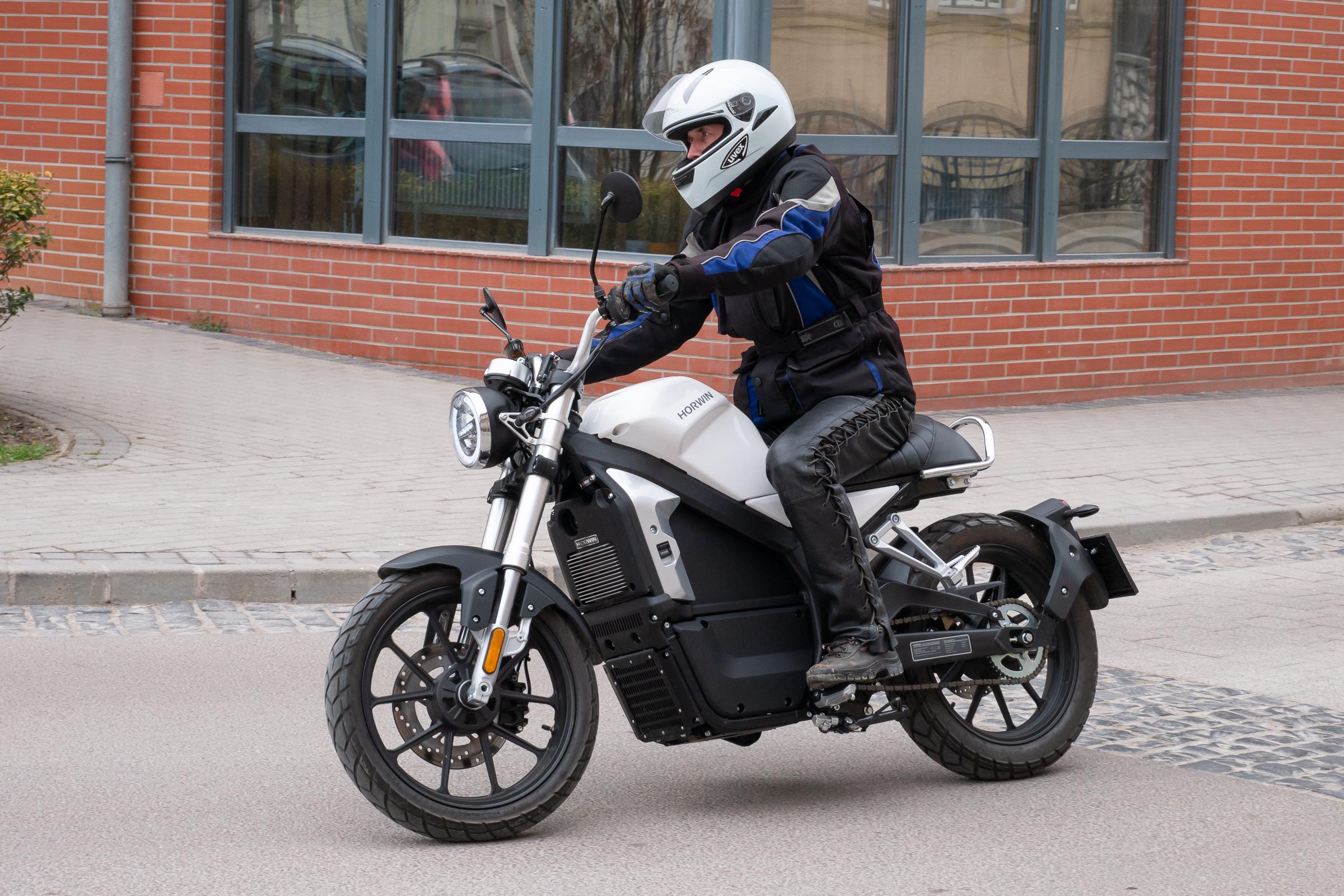 motorkerékpár ismerősök