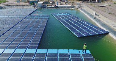 Így épül a vízen lebegő napelem